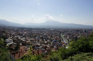 Blick über Prizren - im Hintergdund der Berg, den wir mit den GS´en bezwungen haben.